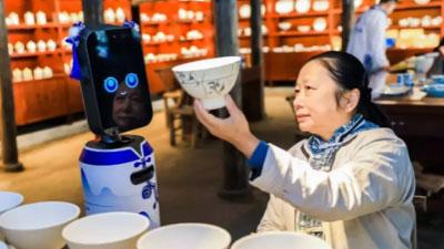 """2019文化和自然遗产日,看机器人景德镇""""拜师学瓷艺"""""""